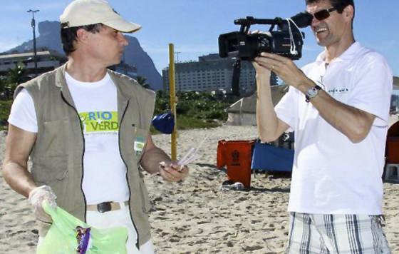 Hildon Carrapito, em um dos eventos que organiza, de limpeza e sustentabilidade nas praias, rios, lagos e lagoas brasileiras.