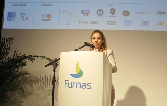Anna Turano como mestre de cerimônias da ABA - Rio em 2015, no Centro Cultural Furnas.